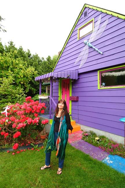 Violette dragonfly house